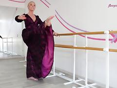 Russian blonde solo model unpinning attire flexible